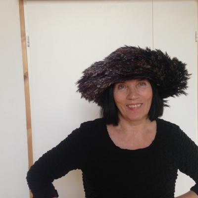 Anni Rapinoja ja vastavalmistunut teos. Järviruo'osta eli rytistä valmistettu hattu.