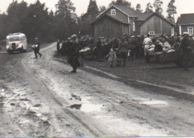 """Lammasmarkkinoiden menoa. Taustalla luotolaisten """"sekajuna"""" eli linjuri, joka kulki väliä Kirkonkylä-Petsamo. Hailuoto laiva kulki Ouluun Petsamon laiturista."""