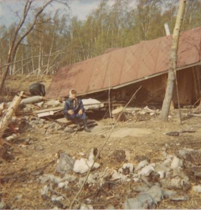 Aino Tuukkanen istuu Rautaleton mökin raunioilla keväällä 1976