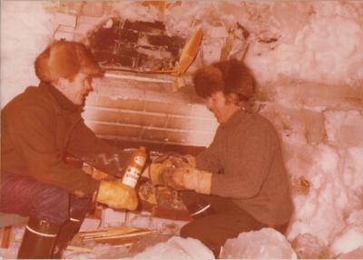 Yrjö Tuukkasen ja Lassi Sipilän tuumaustauko mökissä jäiden keskellä joulukuussa 1975