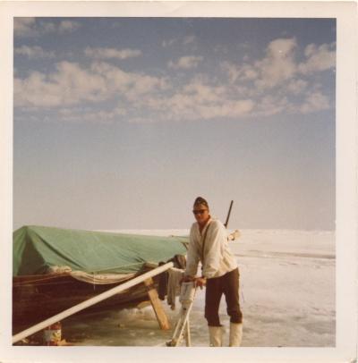 Tuomo Annunen hyljejäillä 1960-luvulla. Taustalla ns. matkavene, jossa yövyttiin ja laitettiin ruokaa. Tuomo nojaa kuvassa ajopuuhun. Kuva: Tuomo Annunen kotiarkisto