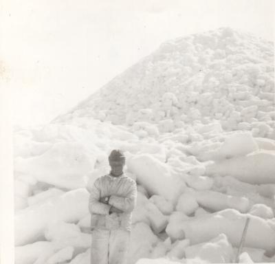 Tuomo ja iso jääröysä. Jääröysän suojaan pysäköitiin usein ns. matkavene. Jääröysän korkeat huiput toimivat myös hylkeiden tähystyspaikkana. Kuva: Tuomo Annusen kotialbumi