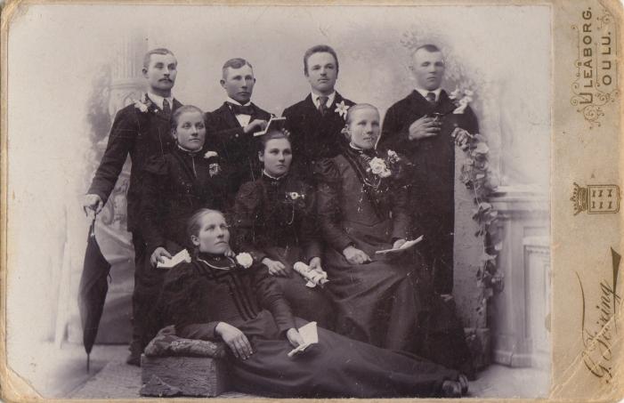 Hailuodosta Amerikkaan lähtijöitä saattajineen vuonna 1898. Kuva: Eila Seinijoki valokuva-arkistot